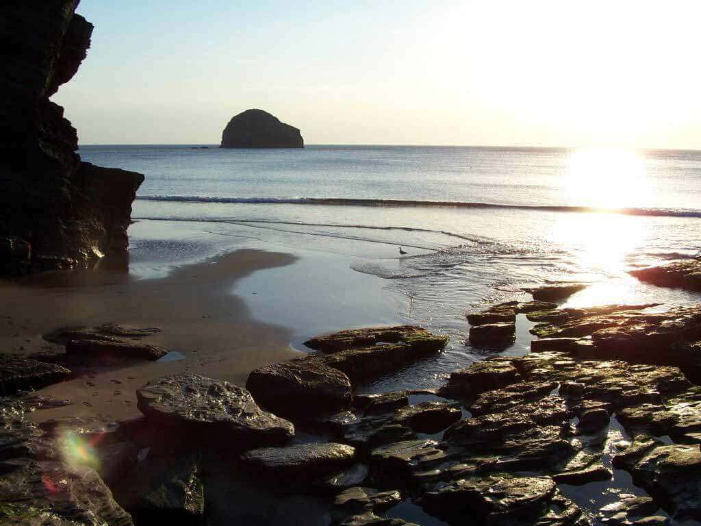luxury Cornwall cottages near Trebarwith Strand with a pub on the cliffs for food and drink