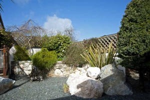 Garden-between-decking-and-Sauna luxury cottage Cornwall Cornwall Self Catering Luxury